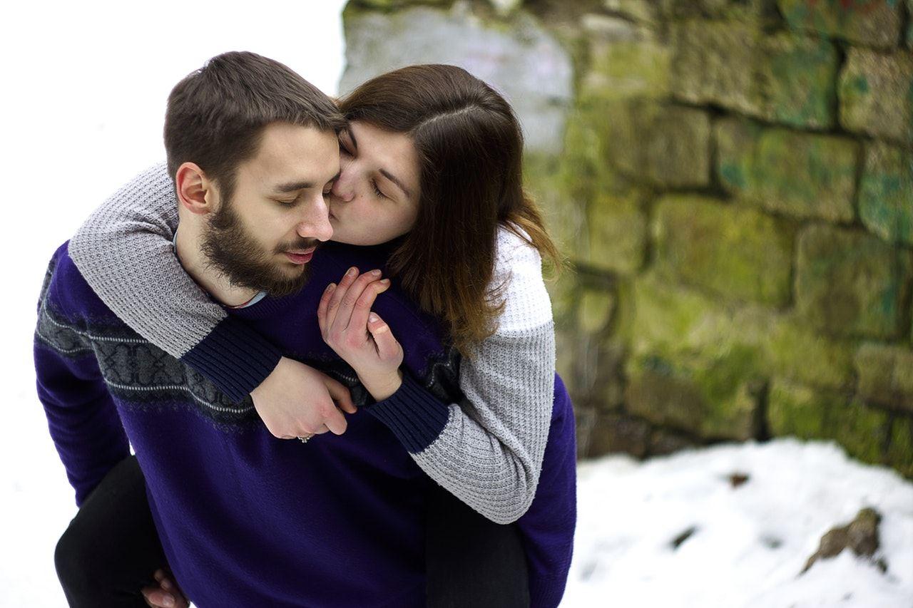 تفسير حلم تقبيل الحي للميت لابن سيرين 2019