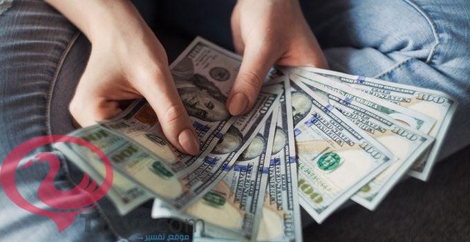 اعطاء المال للعزباء في المنام