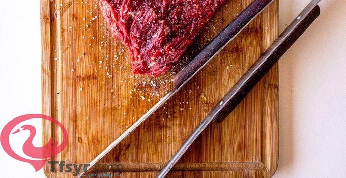 رؤية اعطاء اللحم النيء في المنام للعزباء