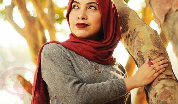 الحجاب الأحمر في المنام للعزباء