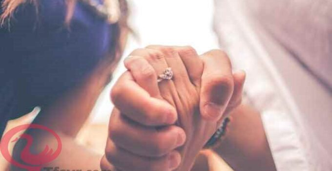 حلم شخص تحبه يمسك يدك